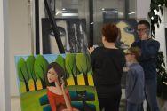 Zdjęcia z wernisażu prac malarskich Joli Placzyńskiej w Zagłębiowskiej Mediatece