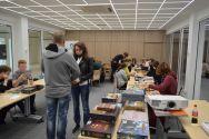 Plansza na stole – Stowarzyszenie Trzy Plansze wyjaśniło uczestnikom zasady wybranych gier, poprowadziło rozgrywki i pomogło w wyborze gier najlepiej pasujących do preferencji graczy