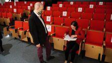 Spotkanie autorskie ze Stefanią Lazar w Auli Zagłębiowskiej Mediateki - zdjęcia autorki oraz czytelników czekających na autografy